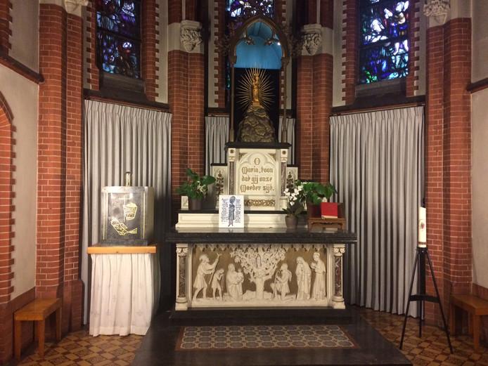 Ook achter OL Vrouwe ter Linde in de Kruisherenkapel zijn gordijnen opgehangen.