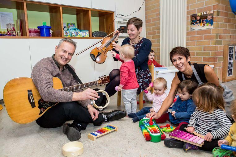 Tine en Brenda van 't Optimistje en de kindjes spelen muziek samen met Filip Winderickx van Kind & Gezin.