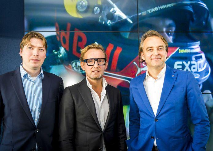 Prins Bernhard van Oranje vorig jaar tijdens de presentatie van de haalbaarheidsstudie Formule 1 op Zandvoort.  Naast hem consultant Menno de Pater (links) en Gerard Kuipers, wethouder toerisme & economie van Zandvoort (rechts)