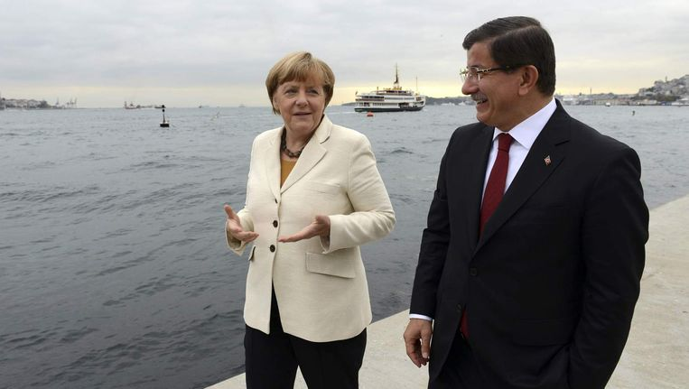 De Duits bondskanslier Merkel en de Turkse premier Davutoglu. Beeld reuters