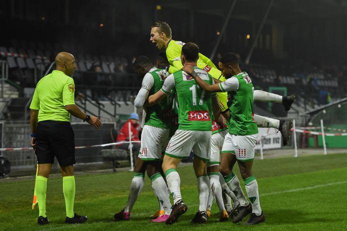 Zelfs FC Dordrecht-doelman Anthony Swolfs is uit zijn doel gekomen om de 3-1 van Gianni dos Santos te vieren. FOTO BSR AGENCY