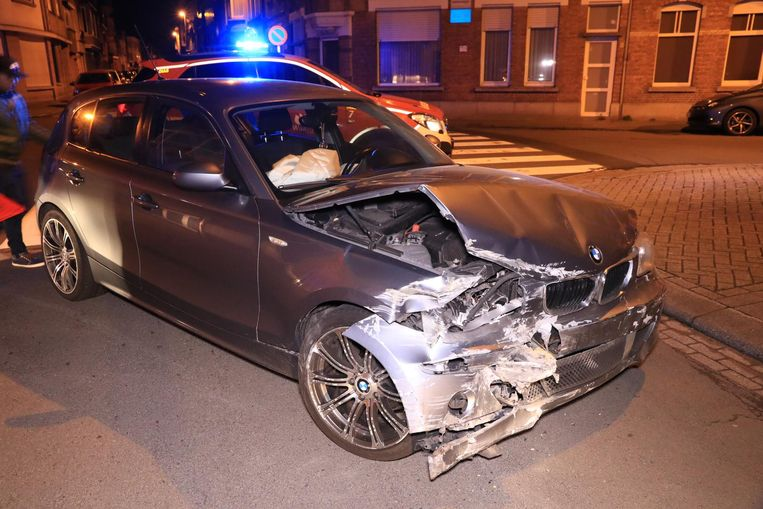 De bestuurder verloor de controle over zijn wagen en knalde tegen een appartementsgebouw waar een gat in de muur ontstond.