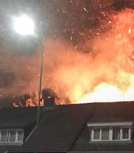 Grote coniferen in brand bij woning in Geldrop