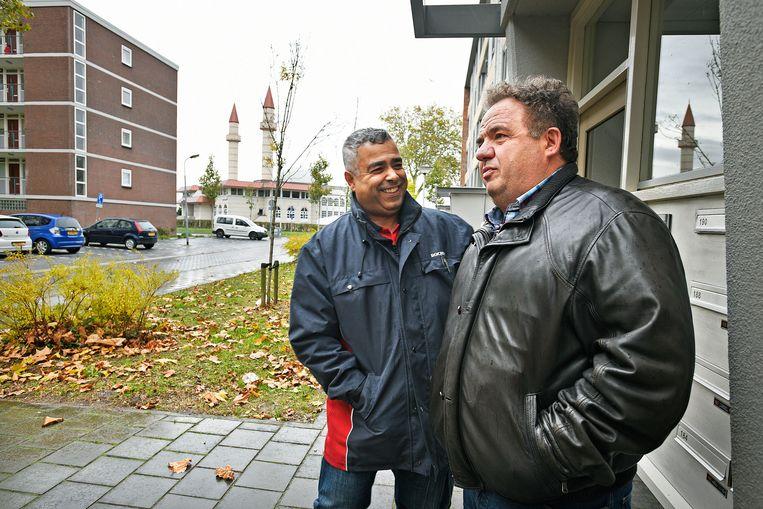 Mustapha El Achiri, wijkbeheerder Rochdale, praat met bewoner, oorspronkelijk uit Kosovo, die al tientallen jaren in de wijk woont. Beeld -