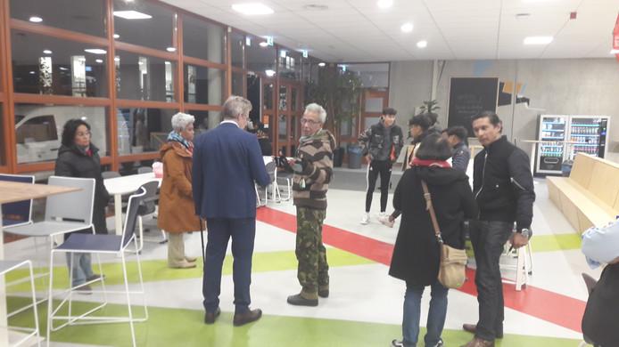 Van origine Molukse inwoners van Overbetuwe verlaten zwaar teleurgesteld het Westeraam in Elst, waar de gemeenteraad dinsdagavond een steunmotie voor de Molukken afwees.