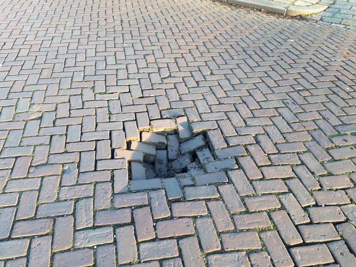 In het wegdek van de Waterloseweg ontstond dinsdagmiddag ineens een gat.