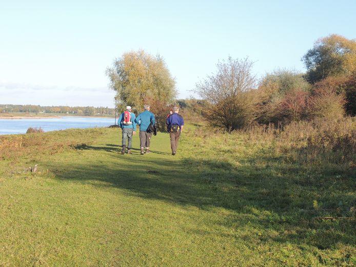 Drie wandelaars  langs IJssel.