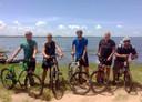 Op zondag fietsen cliënten een kilometer of veertig om een meer. Vanaf links: Engelsman Owen, begeleider Chris, Sjaak van de Groep, de Belg Steven en Canadees Steve.