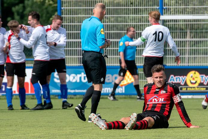 Vreugde bij Excelsior Zetten nadat Max Lemmens voor 2-4 heeft gezorgd. De aanvoerder van Quick 1888 baalt.