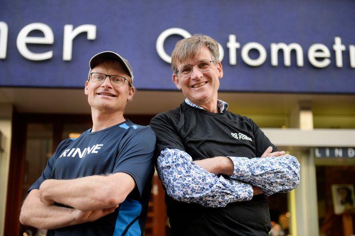 Rinne Oost (links) en Roland Hemmer rennen letterlijk samen de Dam tot Damloop. Ze zitten aan elkaar vast met een band.