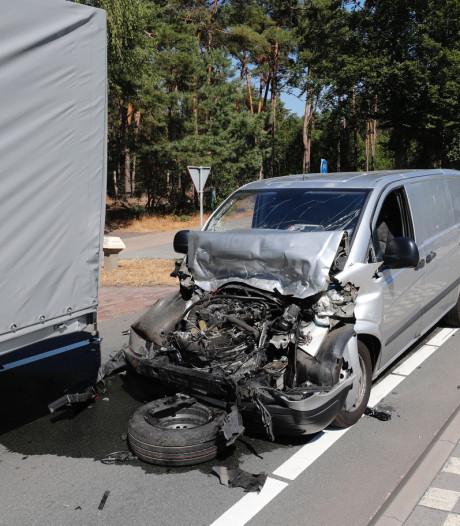 Busje rijdt achterop vrachtwagen in Leende, fietser ten val