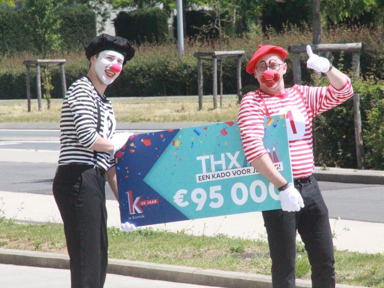Thx-bon voor de zorg AZ Groeninge, voor overhandiging van de bon werd dienst gedaan op de coronaclowns Corneel en Vidal