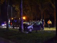 Automobilist draagt geen gordel en ramt boom in Elst