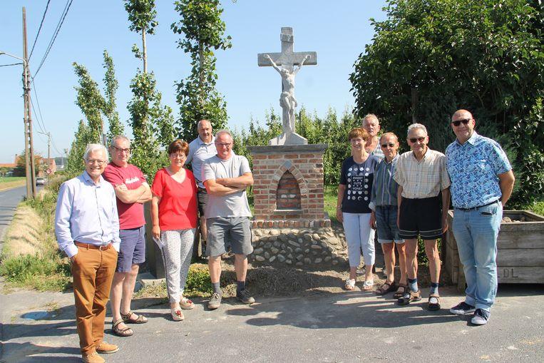 Buren en leden van het gemeentebestuur bij de onthulling van het kruisbeeld.