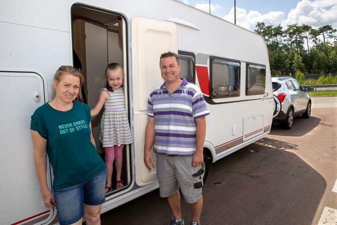 De familie Van Zutphen. Vader Arno en zijn vrouw Francien gaan met Luna naar camping Ter Spegelt.