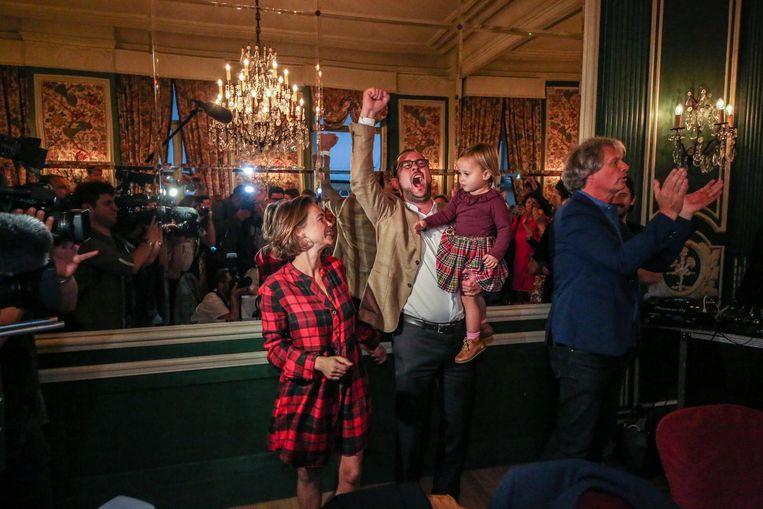 Vincent Van Quickenborne juicht uitbundig met echtgenote Anouk Sabbe en dochter Bo.