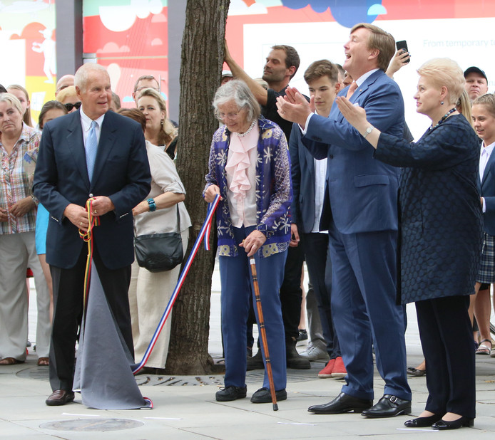 Lithuania's President Dalia Grybauskaite (R), King of the Netherlands Willem-Alexander (2ndR), Rob Zwartendijk (L) and his wife Edith (2ndL) unveil an installation to honour Dutch diplomat Jan Zwartendijk credited with saving over 2,000 Jews from the Holocaust during WWII.