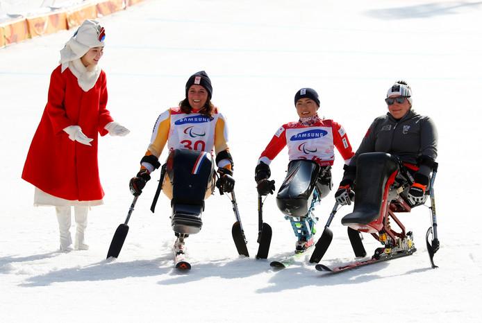 Linda van Impelen (zilver), winnares Momoka Muraoka uit Japan en de Oostenrijkse Claudia Loesch (brons) na de reuzenslalom.