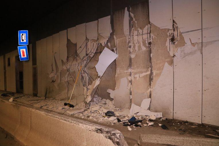 De vorkheftruck knalde tegen de tunnelwand aan.