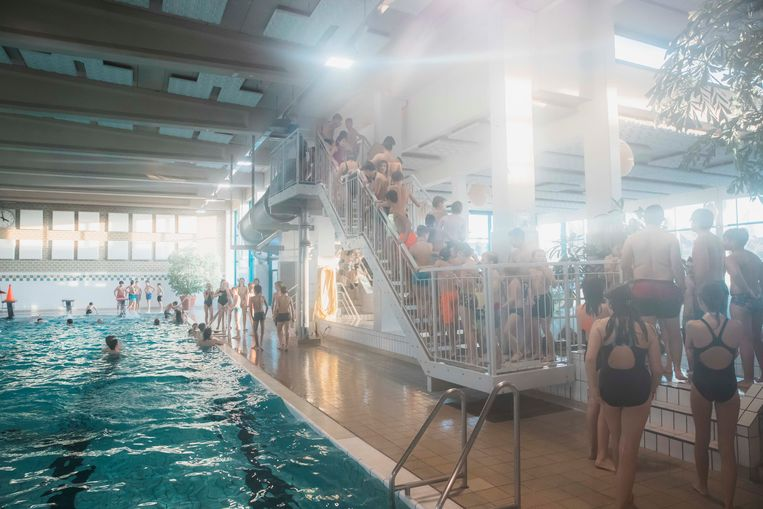 Een groepje van Brustem maakt plezier in het zwembad van Sint-Truiden op de zwemdag voor jeugdbewegingen.