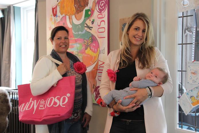 Elles Ploegmakers en Pleun Stapelbroek met haar kind