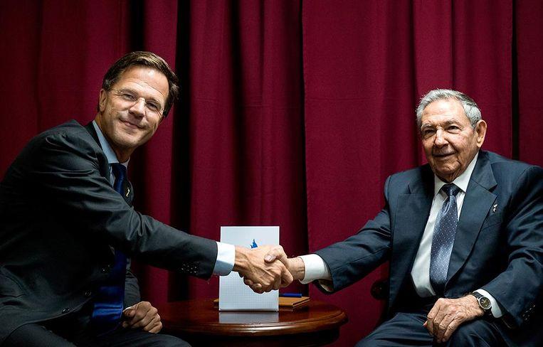 Premier Mark Rutte ontmoet president Raul Castro (de broer van Fidel Castro) van Cuba tijdens de Summit of the Americas, de Amerika-top, in 2015. Beeld anp