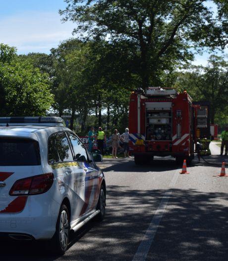 Auto botst tegen boom en slaat over de kop in Zelhem, bestuurder raakt bekneld