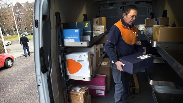 Bezorger van PostNL in Leiden. Beeld Marcel van den Bergh
