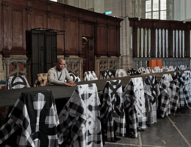 Marcel Pinas bij zijn installatie Moiwana 86 Tafaa (2019) in de Nieuwe Kerk in Amsterdam.  Beeld Erik Smits
