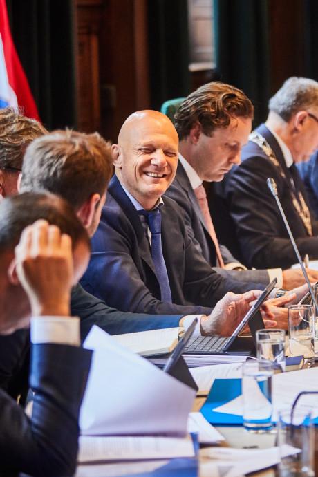 Met z'n pleidooi voor een vluchtelingenquotum zakken Wijbenga en zijn VVD weer door de bodem
