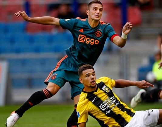 Vitesse-Ajax eredivisie seizoen 2019/2020 Dusan Tadic kijkt zijn kanonskogel na die de 2-2 betekende.