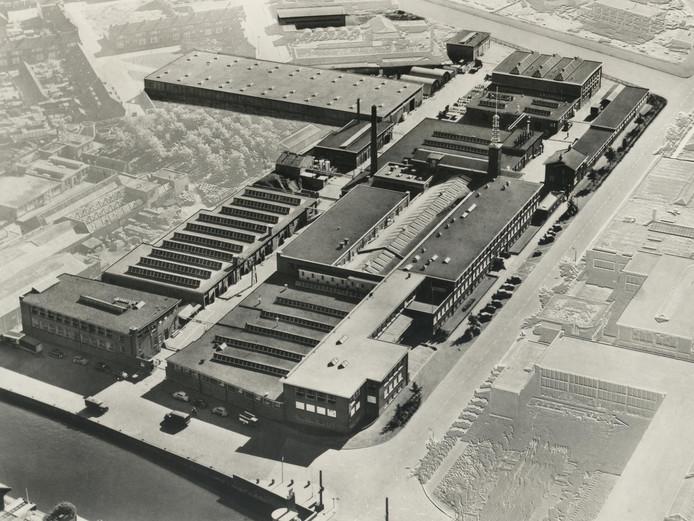 Luchtfoto uit 1960 van de Erdalfabriek op de hoek van de Kleine Koppel en de Brabantsestraat.