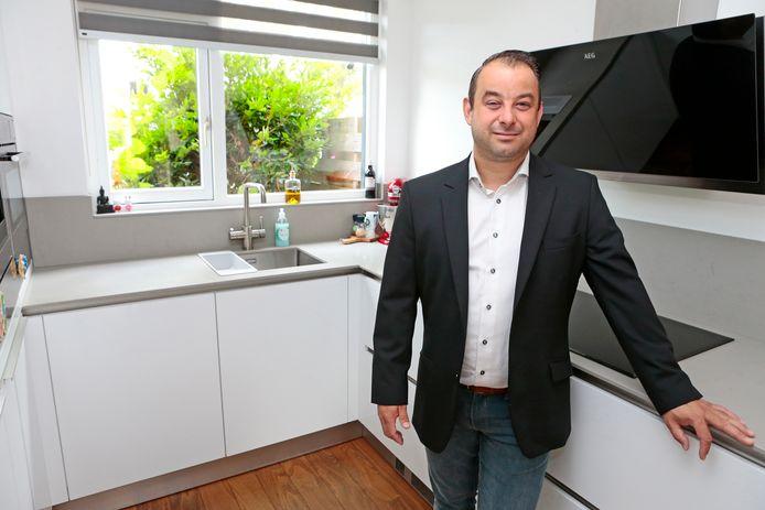 Ruben Dossin verkoopt online keukens.