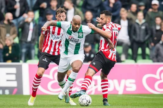 Benschop namens FC Groningen aan de bal.