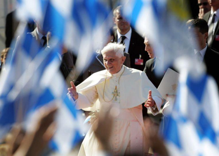Beierse vlaggetjes omringen paus Benedictus XVI bij zijn aankomst op vliegveld van München zaterdagmiddag.  Beeld AP