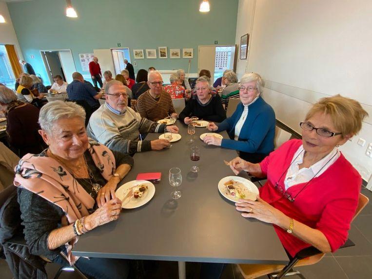 Bezoekers genieten van een stukje taart op de officiële opening van buurtrestaurant 't Dorp in Schoten centrum.