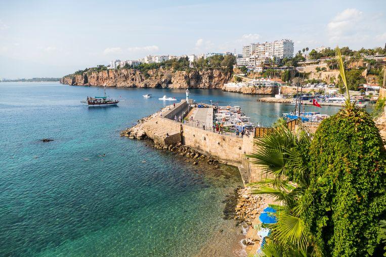 Het Konyaali strand in de oude stad van Antalya, Turkije.  Beeld Getty Images