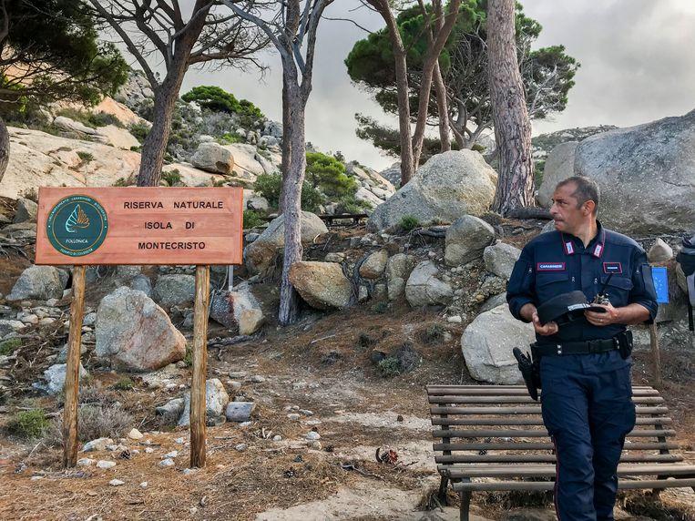 Een agent van de carabinieri forestale legt de eilandregels uit. Beeld null