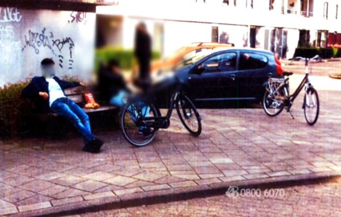 De foto van de 'verdachte', die maandag werd getoond in Bureau Brabant. Dinsdag bleek dat de jongeman links helemaal niets met de zaak te maken heeft.