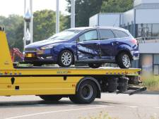 Auto slaat na botsing over de kop in Zwolle: man naar ziekenhuis vervoerd