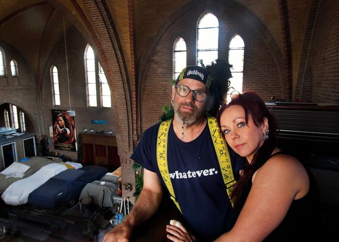 In de vroegere kerk van Moerstraten staan nu enkele oldtimers, hobby van Eric. De gemeente haalde al eerder een streep door het plan een entresol aan te brengen.