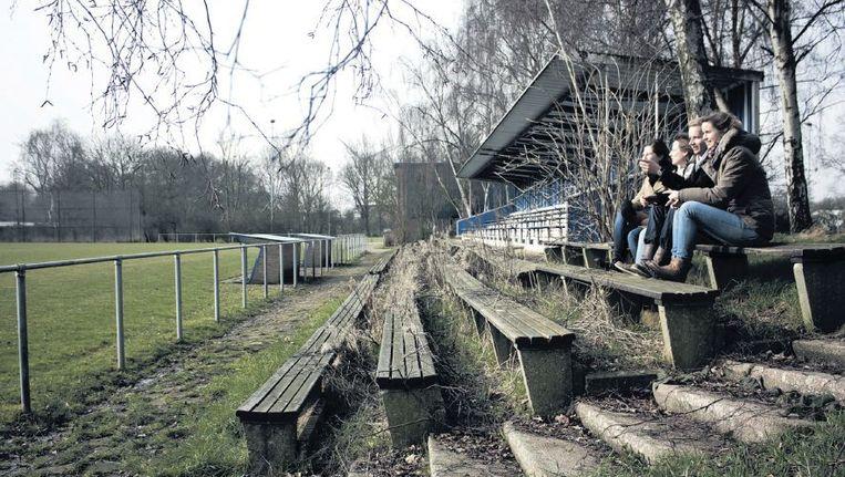 De studenten op het sportterrein in Amsterdam-Noord waar straks de stadsboerderij moet komen. Beeld Florantijn van Spronsen