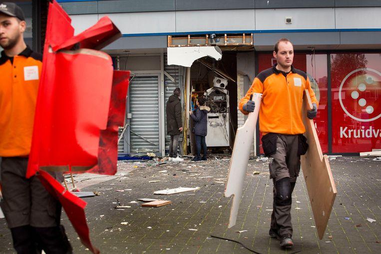 Na een plofkraak in Spijkenisse wordt opgeruimd. Beeld Arie Kievit