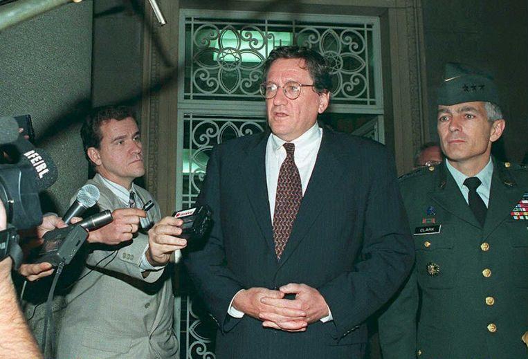 Holbrooke praat de pers bij over het Amerikaanse vredesplan voor voormalig Joegoslavië in 1995. Beeld AFP