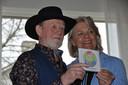 Tijdens een druk bezocht open huis van Inloophuis TOON presenteerde Jan Diependaal zaterdagmiddag zijn CD 'Maak het lichter'. Het eerste exemplaar werd uitgereikt aan gastvrouw Rietje Westerburger.