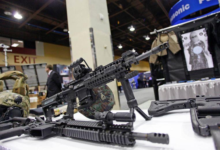 Een aanvalswapen op een wapenbeurs in Phoenix, Californië.
