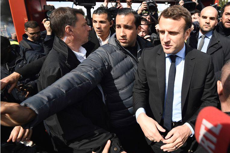 President Emmanuel Macron, met direct links naast hem zijn bodyguard Alexandre Benalla. Beeld AP