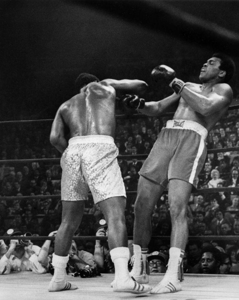 Joe Frazier (l) behoudt zijn titel als wereldkampioen als hij Ali verslaat tijdens de 'match of the century' in 1971 Beeld anp