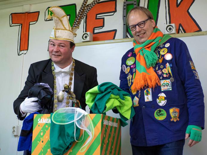 Prins Knet en stichtingsvoorzitter Patrick Dewez bij een inzamelbox.