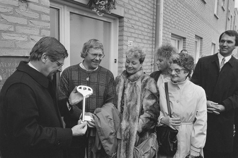 Toen staatssecretaris Heerma stelt 20.000e woning in gebruik Almere Stad en overhandigt sleutel aan familie, 30 maart 1987. Beeld ArchiefFotocollectie AnefoReportage